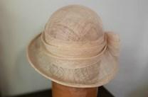 Přírodní klobouk ke straně
