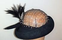 Černý velurový klobouk s tylovou hlavičkou