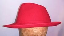 Červený filcový klobouk