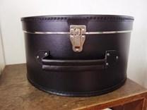 Černý kufr na klobouky