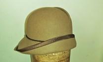 Hnědý klobouk filcový