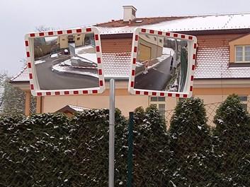 Držák pro dvě dopravní zrcadla