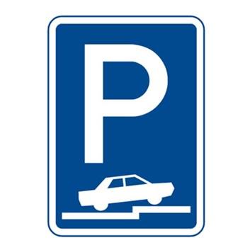 Dopravní značka IP11f - Parkoviště (částečné stání na chodníku kolmé nebo šikmé)