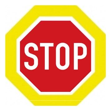 Dopravní značka P6 - Stůj, dej přednost v jízdě!, zvýrazněná