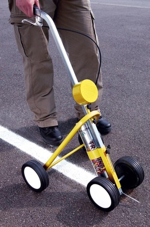 Značkovací vozík pro pohodlnou práci při vodorovném značení komunikací