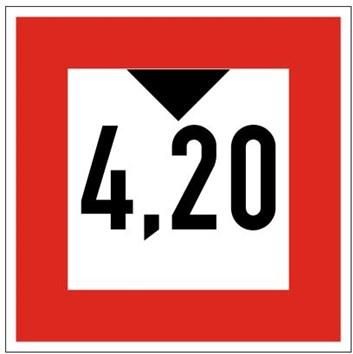 Plavební znak C2 - Průjezdní výška je omezena (pokud je uvedeno číslo, stanoví průjezdní výšku od vodní hladiny v metrech)