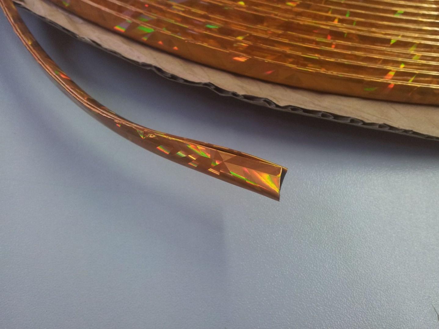 Zlatá nasazovací lišta na hranu dveří auta, délka 15m, tvar U