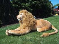 Plyšový ležící lev