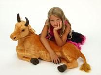 Plyšový býk ležící