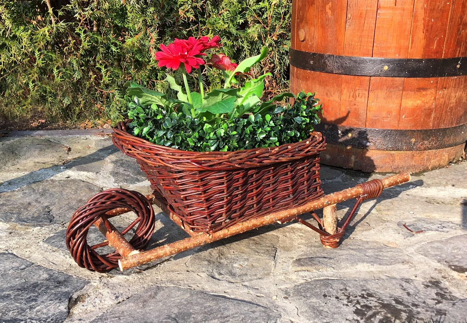 Proutěný trakař pro výsadbu květin - opatřen igelitem