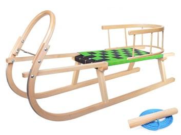 Dřevěné sportovní dětské sáňky se zeleným průpletem a ohrádkou