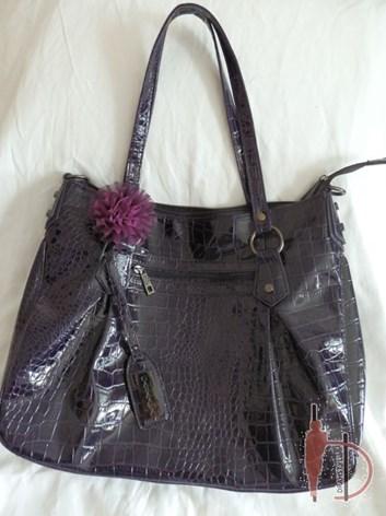 Fialová kabelka s lesklým povrchem