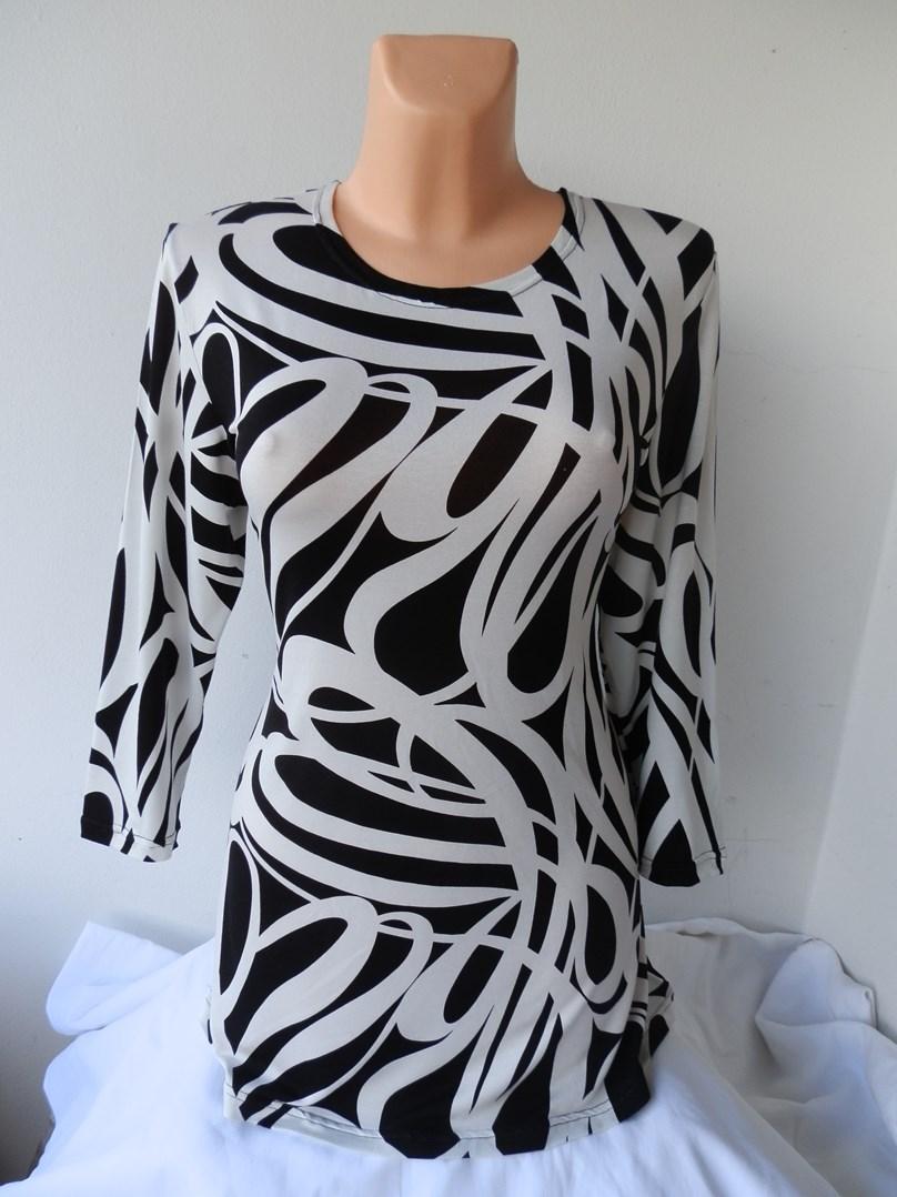 Nádherná tunika s bíločerným vzorem.