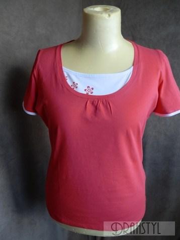 Tričko z česané bavlny s příměsí elastanu, krátký rukáv , vsadka ve výstřihu.