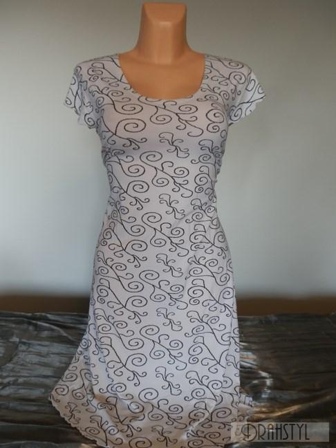 Bílé šaty s malým rukávkem.
