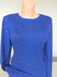 Královsky modré tričko se stříbrným potiskem.