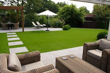 Zahrady, bazény a terasy