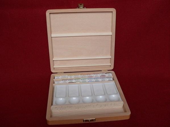 Umton, Q-16, Sada akvarelových barev a palety v dřevěné kazetě, 2,6 ml, 18+1 kus